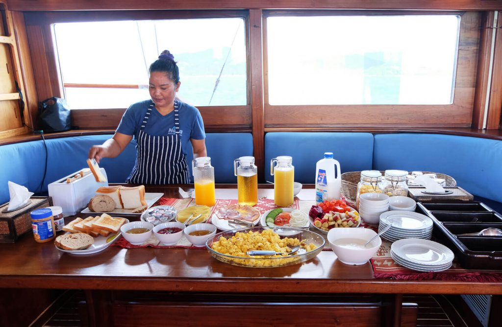 Frühstück auf dem Boot