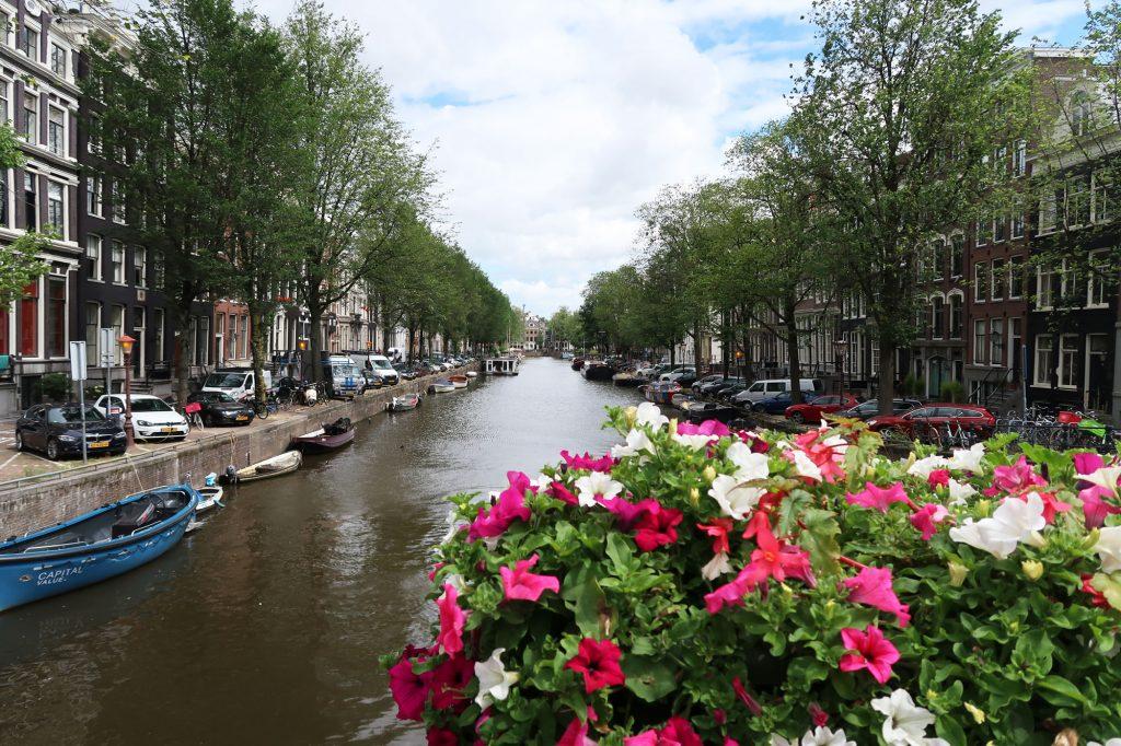 Blick von einer der 1281 Brücken in Amsterdam