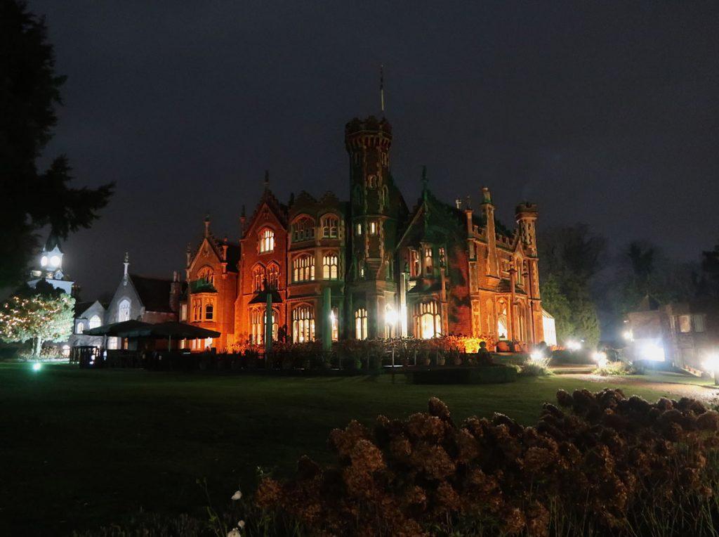 Das Oakley Court Hotel bei Nacht