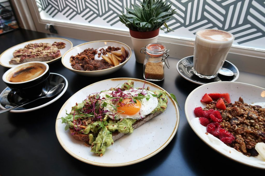 Avocadobrot, Granola und Kaffee