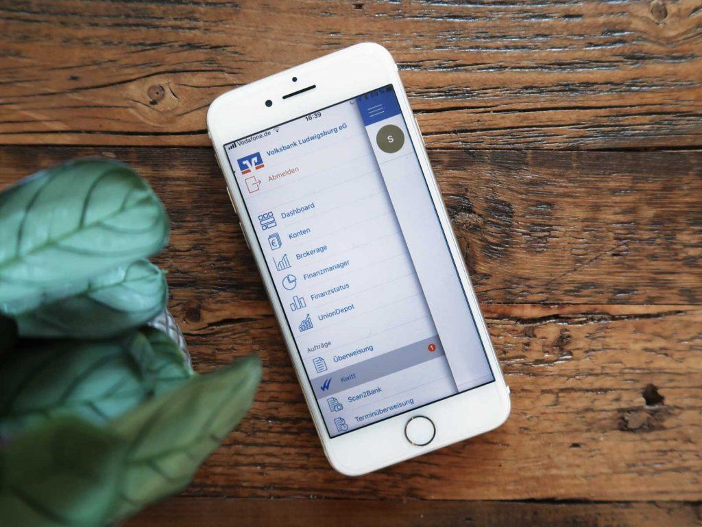 VR Banking-App auf Smartphone Display