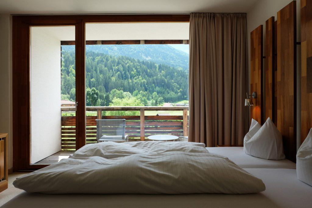 Hotelzimmer mit Ausblick in die Berge