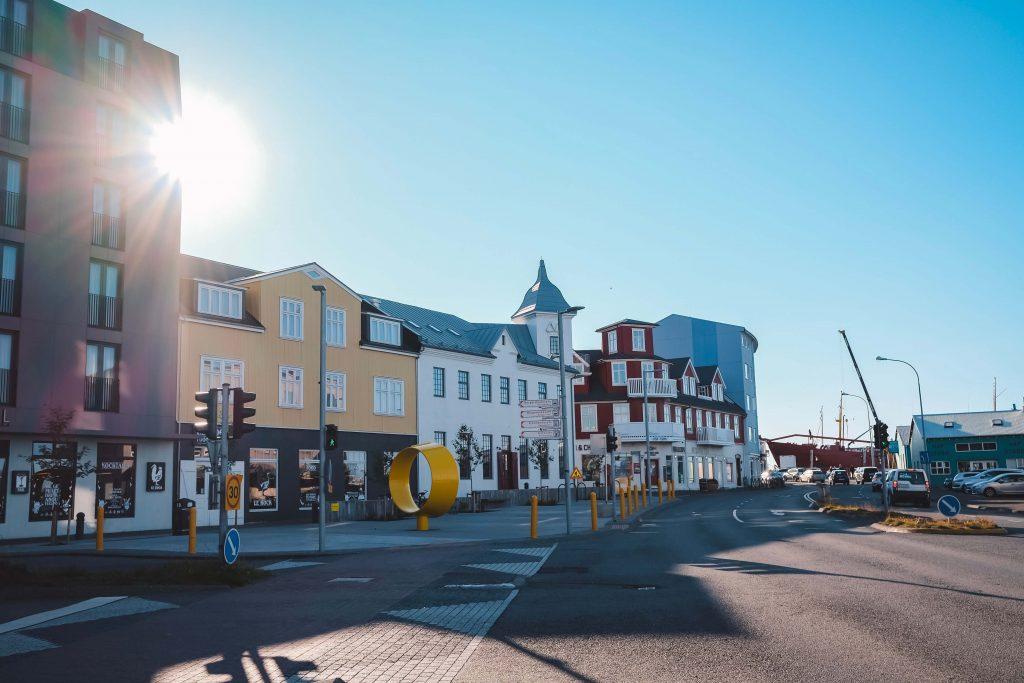Bunte Häuser an Hafenpromenade Reykjavik