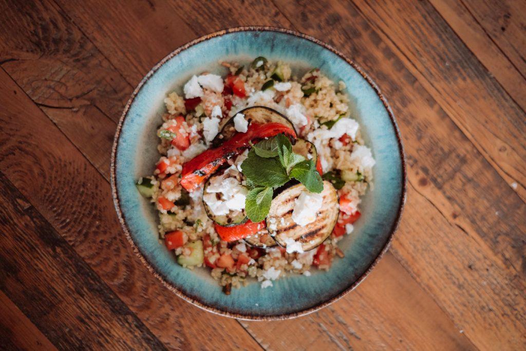 Bulgur-Salat mit Grillgemüse und Feta, angerichtet in einem Teller