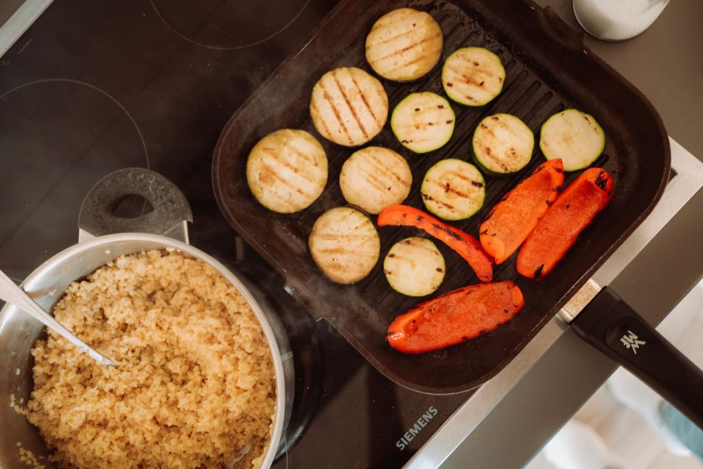 gekochter Bulgur und gegrilltes Gemüse